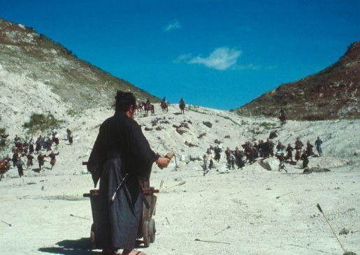 Itto Ogami (Tomisaburo Wakayama) steht einer ganzen Armee gegenüber
