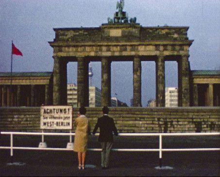 Das Brandenburger Tor hinter der 1961 errichteten Berliner Mauer