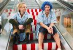 Ein ungleiches Paar: die strenge Vorarbeiterin Heike (Petra Kleinert, r.) und die chaotische Nina (Katharina Schmalenberg)