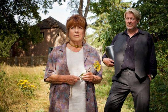 Marlies (Hannelore Hoger) und Mikkel (Rolf Lassgard) wollen die Asche von Mikkels verstorbenen Vaters im See ausstreuen