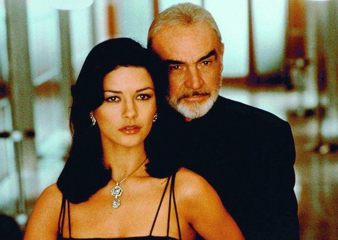 Hmm, ein diebisch guter Duft! Sean Connery riecht  an Catherine Zeta-Jones