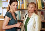 Rita Tenner (Tatiani Katrantzi, l.) ist die einzige, die zu Anna (Anica Dobra) hält