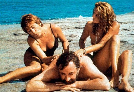 Philippe Noiret lässt sich gleich von zwei Damen (Annie Girardot, l., Catherine Alric) verwöhnen