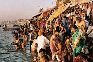 Gläubige Hindus am Ufer des Ganges