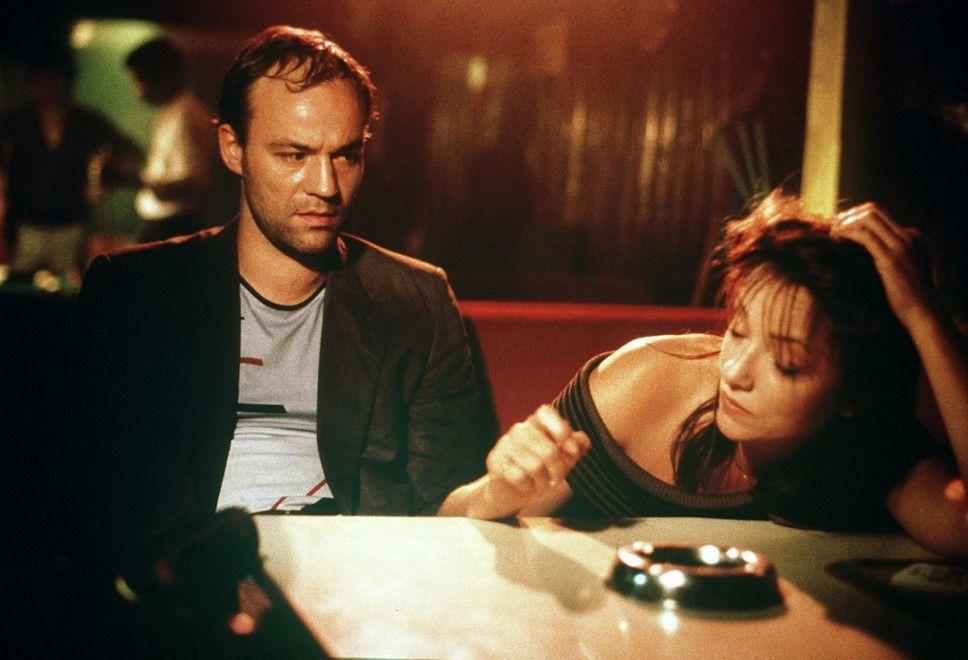 Julius (Heiner Lauterbach) weint sich bei einer Bekannten (Monika Schwarz) aus