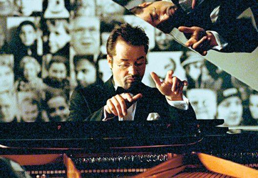 Klavier spielen muss auch mal sein! Jan Josef Liefers