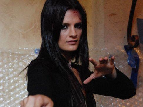 Raina (Stana Katic) killt ihre Opfer mit dem Messer