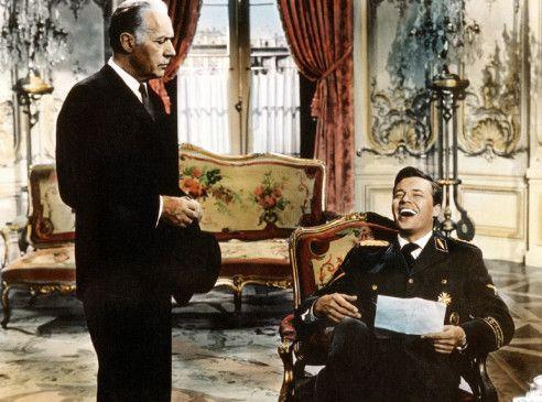 Obersturmführer von Harthorst (Karlheinz Böhm, r.) gewährt seinem Onkel (Charles Boyer)  eine Bitte