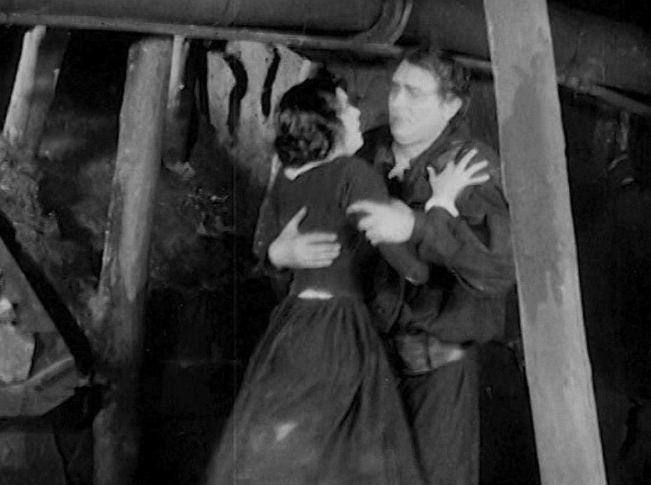 Marie (Liane Haid) findet Thomas (Eugen Klöpfer) unter Tage. Doch der Weg nach oben ist versperrt