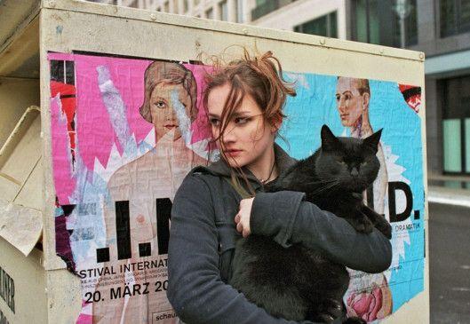 Caro (Karoline Teska), die Stieftochter des Ermordeten, hat eine Katze vor dem Tierfänger gerettet