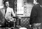 Gibt mir deine Destille, Schurke! Jacques Aubuchon  (l.)  und Robert Mitchum