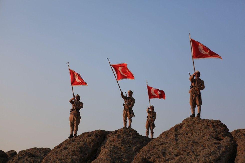Die Schlacht ist geschlagen: Stolz präsentieren die Soldaten die Flagge des Osmanischen Reiches