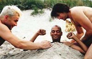 Buddelt mich ruhig zu! Pierre Sanoussi-Bliss (M.)  und seine Freunde