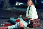 Die Ärztin Beate Klapproth (Christine Schorn) untersucht den Toten auf dem Dorfplatz