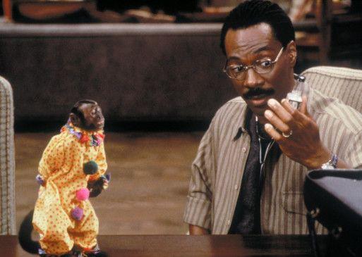 Durch stundenlange Sitzungen versucht Dr. Dolittle (Eddie Murphy), dem alkoholkranken Affen zu helfen!