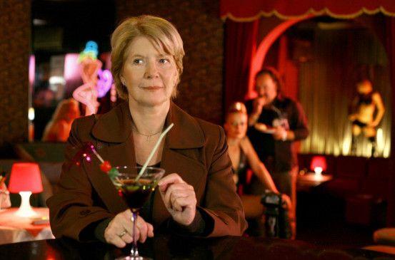 Hanni Winter (Christiane Hörbiger) ermittelt auf eigene Faust im Rotlichtmilieu