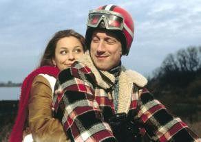 Hat er Arbeit? Auf jeden Fall hat er ein Motorrad!  Kitty (Mina Tander) und Karl (Wotan Wilke Möhring)  fest umschlungen