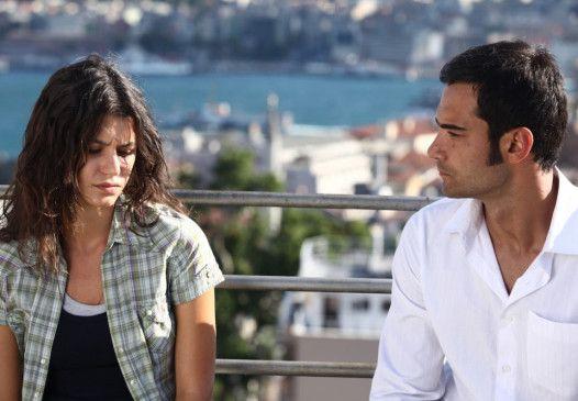 Gece (Beren Saat) fühlt sich zu Yusuf (Murat Ünalmis) hingezogen