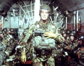 Leute, macht euch bereit zum Absprung! Roger Moore  in ungewohnter Rolle