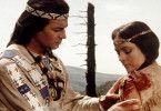 Winnetou (Pierre Brice) versorgt seine große Liebe Ribanna (Karin Dor)