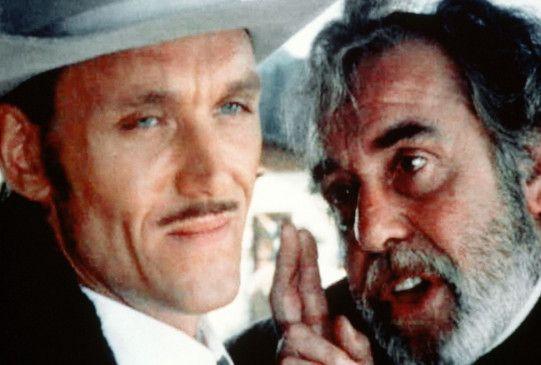 Smith (John Steiner, l.) steckt mit dem falschen Priester Oatley (Fernando Rey) unter einer Decke