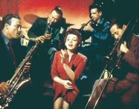 Judy Garland (M.) erobert als Esther Blodgett die Herzen ihrer Hörer