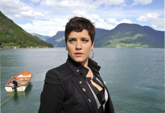 Zurück in der Heimat: Marit (Muriel Baumeister) am Fjord