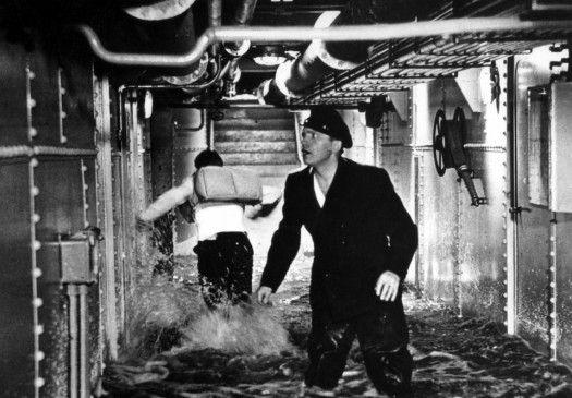 Landarbeiter Henry (Fritz Genschow) sucht auf dem sinkenden Ozeanriesen nach seinem Freund Bobby