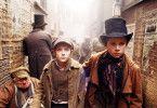 Oliver (Barney Clark, M.) und seine Freunde