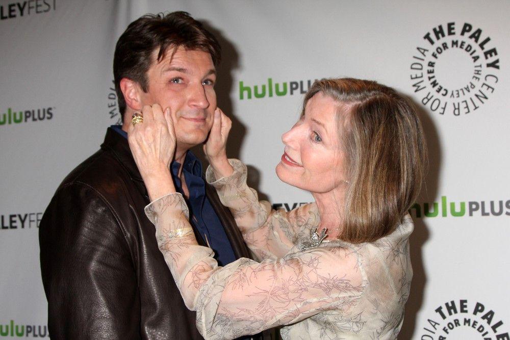 Castles Mutter Martha Rodgers (Susan Sullivan, r.) steht ihrem Sohn ständig zur Seite.