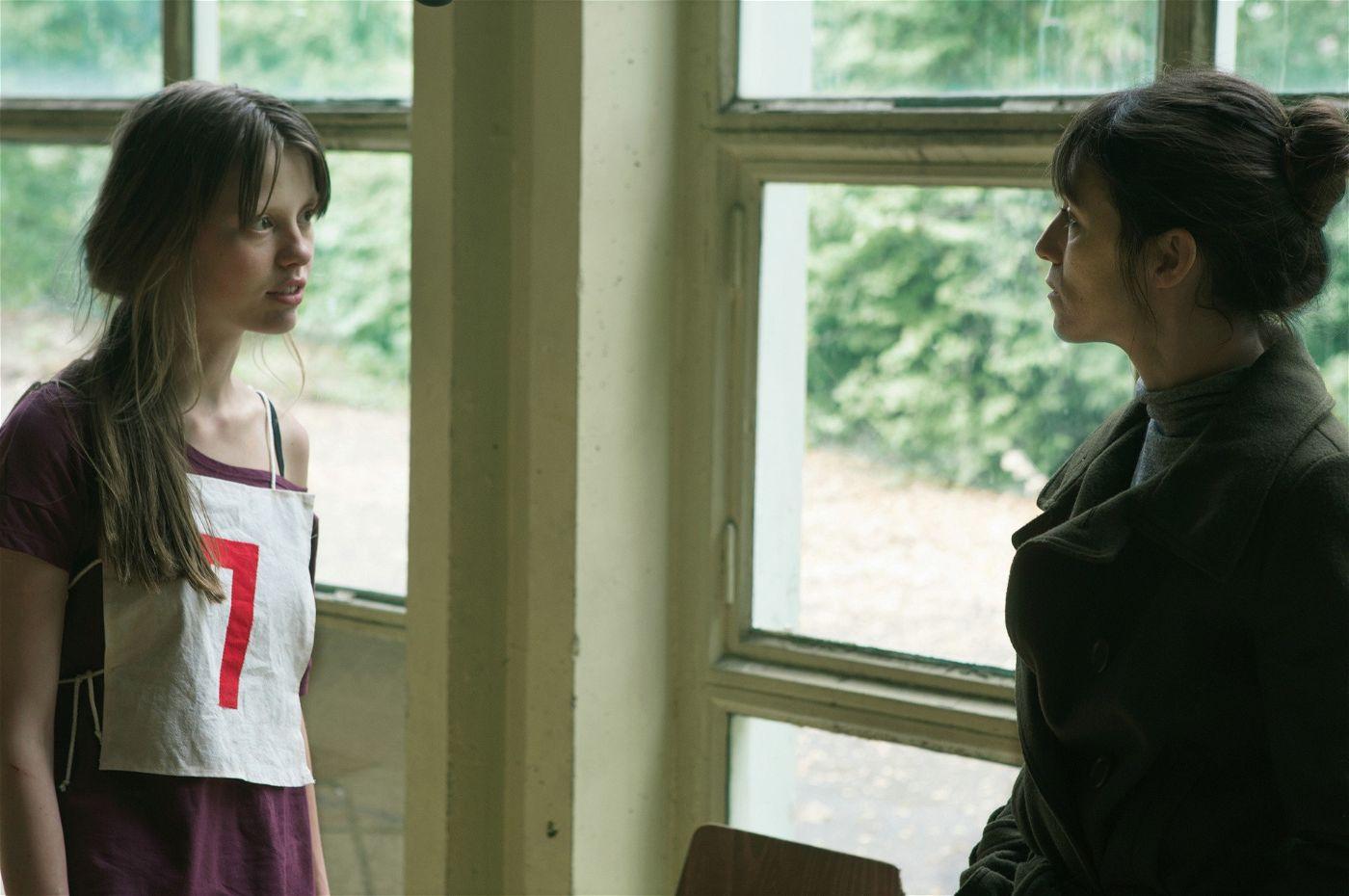 Schülerin P. (Mia Goth) spricht mit Joe.