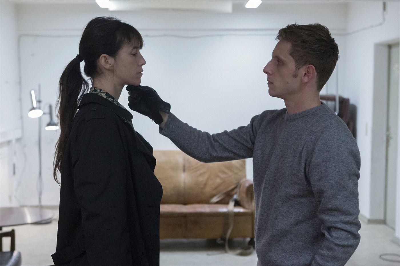 Joe (Charlotte Gainsbourg) wird von Sadist K. (Jamie Bell) in einem steril wirkenden Raum begutachtet.