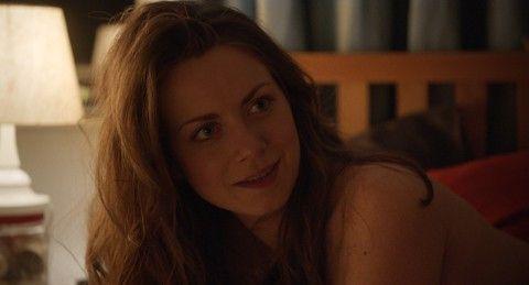 Hanna (Alice Dwyer) ist anfangs bis über beide Ohren verliebt.