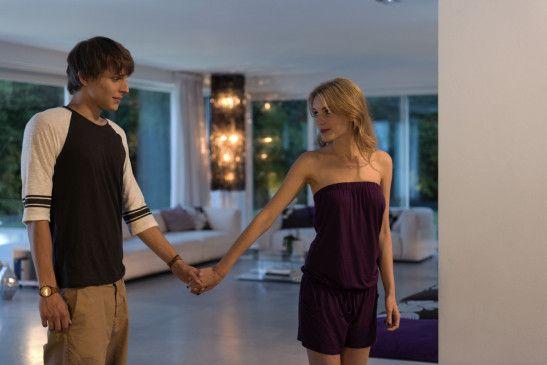 Der schüchterne Andi (Merlin Rose) ist in Katja (Ella-Maria Gollmer) verliebt, doch die macht Bobby (Jannis Niewöhner) schöne Augen.
