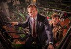 Barnaby (Neil Dudgeon) und Nelson (Gwilym Lee) durchsuchen die alte Keksfabrik nach Hinweisen auf den Mord.