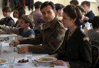 Lehrer Ben Yehuda (Harald Schrott) und Betreuerin Betty Adler (Alice Dwyer) kümmern sich um die Kinder
