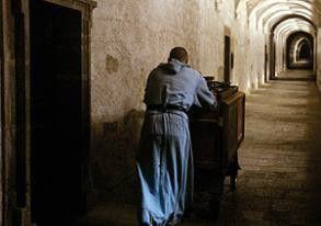 Stille im Kloster - nur das Rumpeln des Wagens ist zu hören