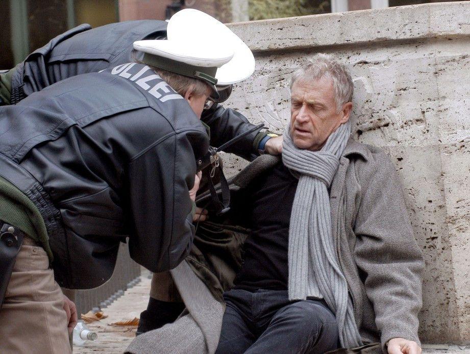 Ludwig (Robert Atzorn) wird betrunken von der Polizei aufgegriffen