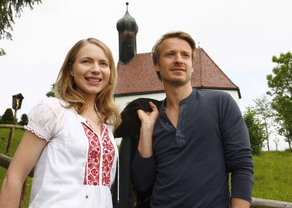 Fabian (Max von Pufendorf) ahnt nicht, dass Louisa (Anna Brüggemann) ins Kloster gehen will