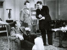 """Das kommt davon, wenn man """"Hals und Beinbruch"""" wünscht - meint der Arzt zu Stan und Ollie"""