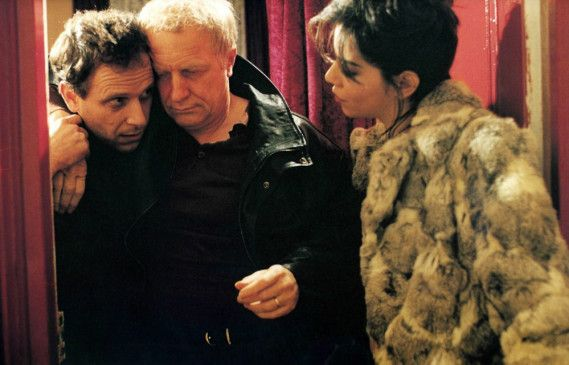 Fabian (Charles Berling, l.) muss den betrunkenen Gomez (André Dussollier) bei einer Prostituierten abholen
