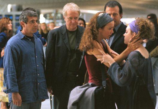 Die drei Väter und Tochter Marie (Madeleine Besson, r.) verabschieden ihre Mutter Sylvia (Philippine Leroy-Beaulieu)