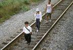 Finbar (Peter Dinklage, l.) hat Joe (Bobby Cannavale) und die Malerin Olivia (Patricia Clarkson) für sein Hobby interessiert: die Eisenbahn