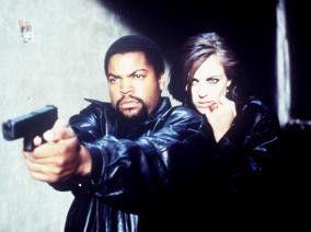 Glaube mir, die Knarre ist nicht aus Schokolade!  Ice Cube und Elizabeth Hurley
