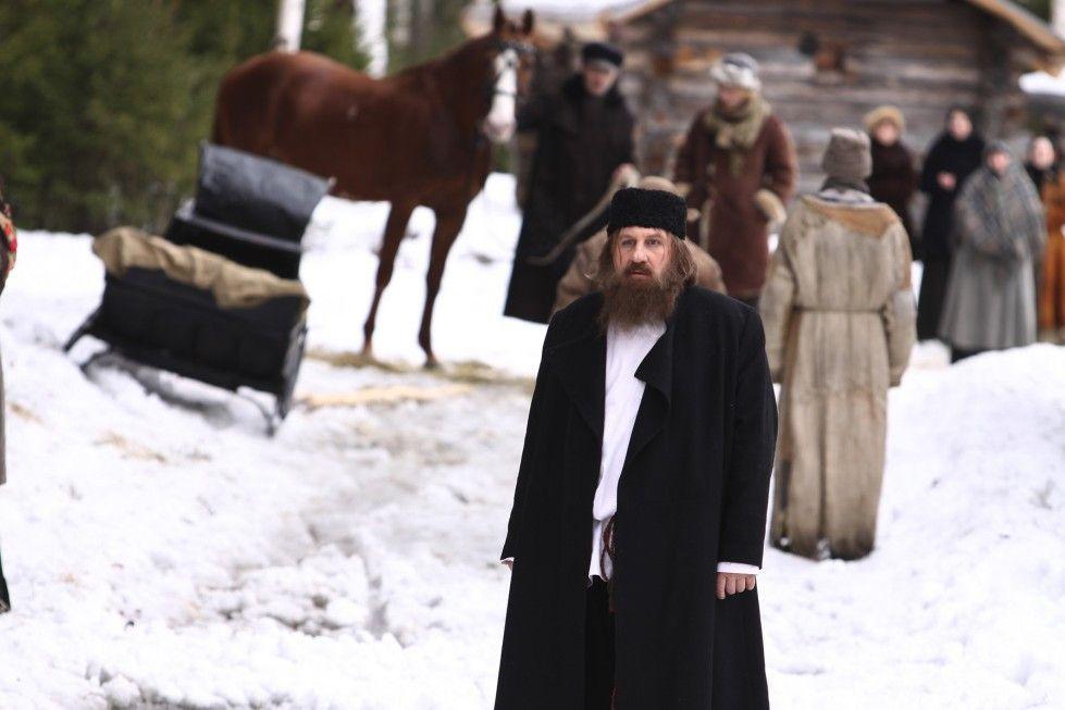 Rasputin (Gérard Depardieu) schadet dem Ruf der unbeliebten Zarin Alexandra und wird deshalb in sein Dorf zurückgeschickt