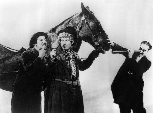 Der Gaul sieht nach Salami aus! Chico, Harpo und Groucho Marx (v.l.)