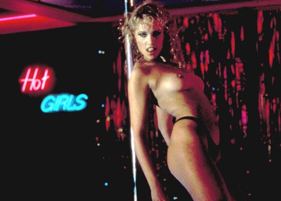 Nomi (Elizabeth Berkley) weiß genau, was Männer wollen ...