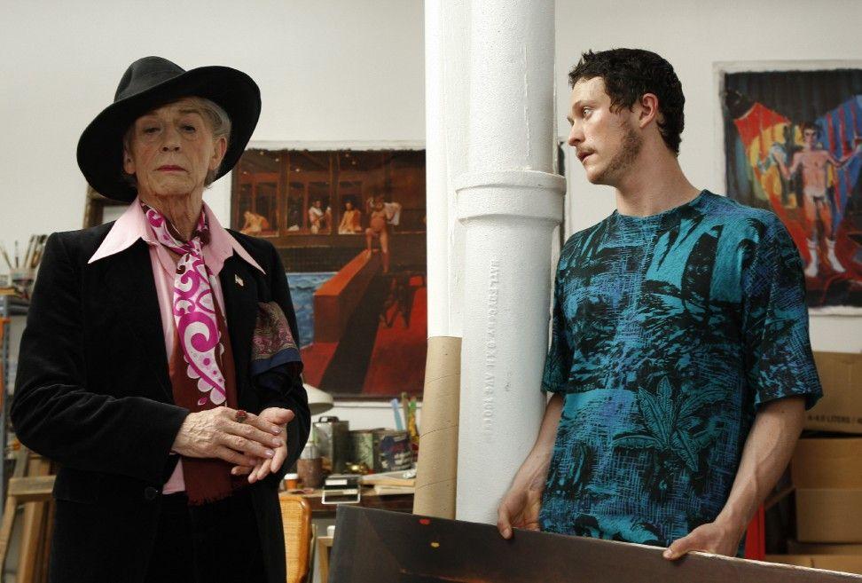 Quentin Crisp (John Hurt, l.) lernt den Maler Angus ((Jonathan Tucker) kennen