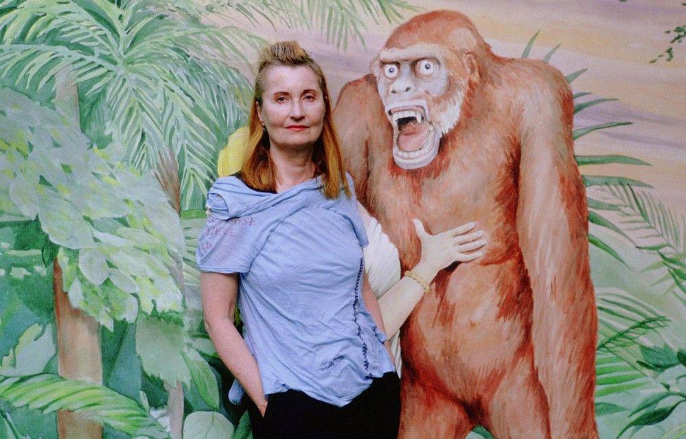 Nein, das ist nicht mein Bruder!  Literatur-Nobelpreisträgerin Elfriede Jelinek posiert mit einem Prater-Ungeheuer