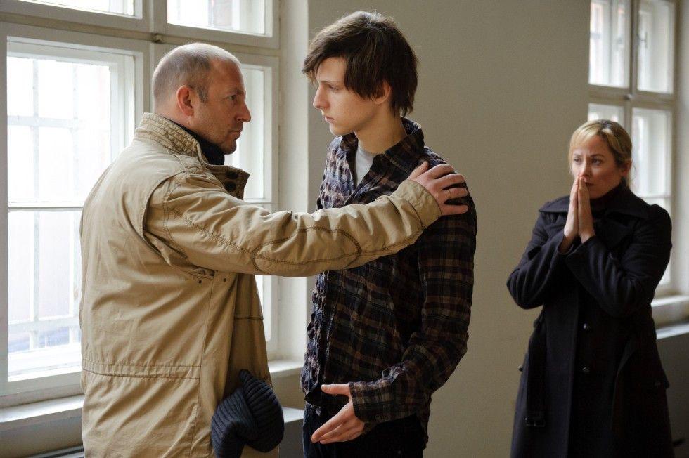Tom (Heino Ferch, l.) und seine Frau Esther (Silke Bodenbender) können nicht glauben, dass ihr Sohn (Merlin Rose) ein Mörder ist